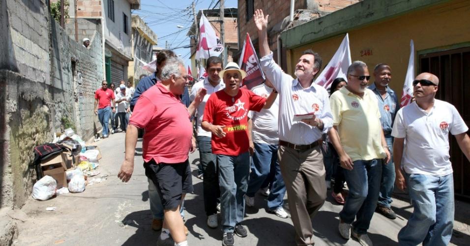 16.set.2012 - Patrus Ananias, candidato do PT  à Prefeitura de Belo Horizonte, fez caminhada neste domingo pelo Aglomerado Santa Lúcia, na região central da capital mineira