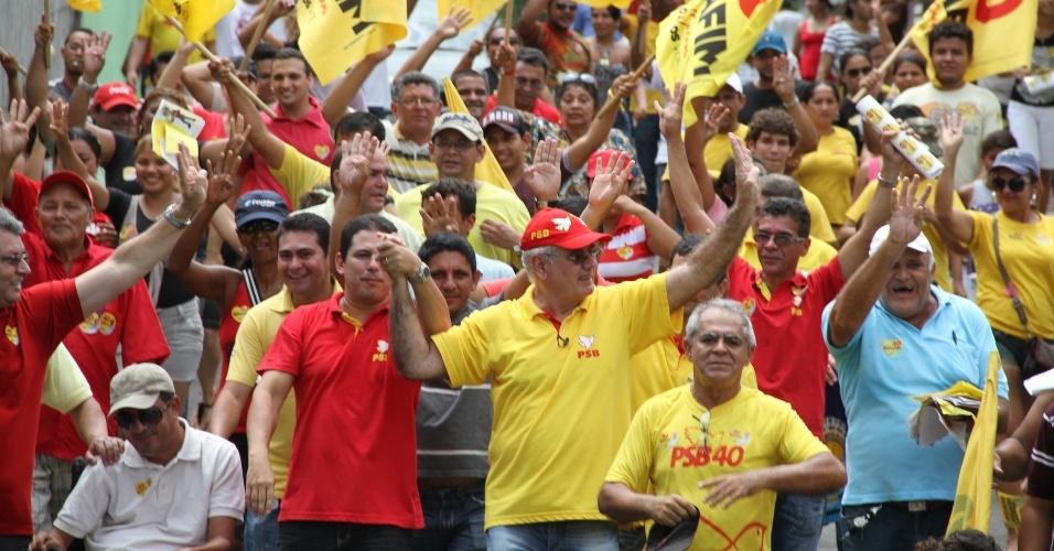 16.set.2012 - Serafim Corrêa (centro, de boné vermelho), candidato do PSB à Prefeitura de Manaus, fez caminhada pelo bairro da Paz, na região central da capital amazonense