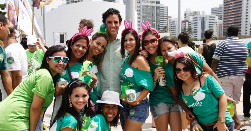 16.set.2012 - Daniel Coelho, candidato do PSDB à Prefeitura do Recife, participou neste domingo da 11ª edição da Parada da Diversidade do Recife, realizada na orla marítima do bairro de Boa Viagem, zona sul da capital pernambucana