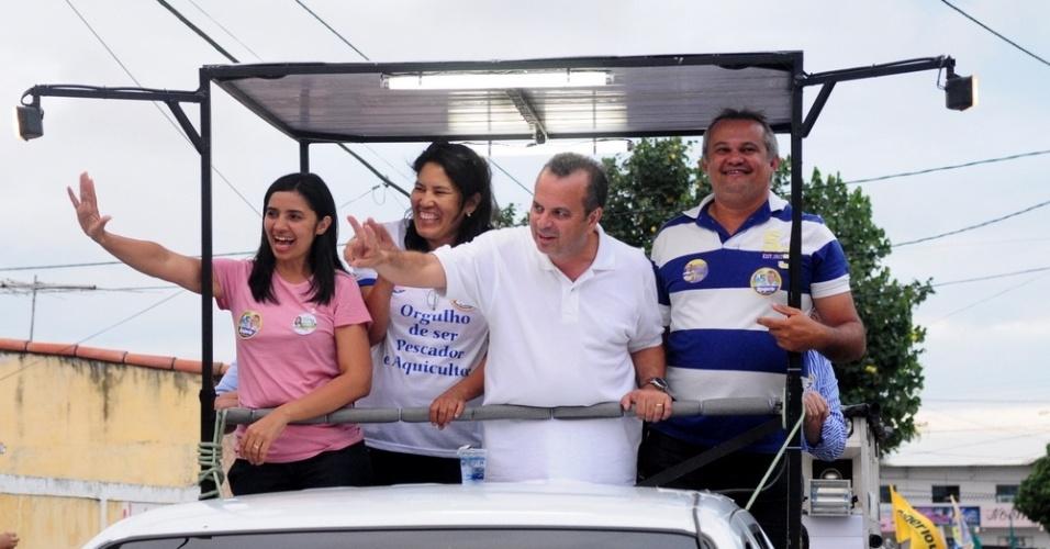 16.set.2012 - O candidato do PSDB à Prefeitura de Natal, Rogério Marinho (de branco), fez carreata neste domingo por bairros da zona norte da capital potiguar