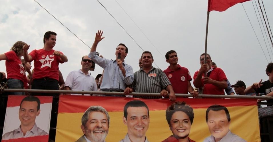16.set.2012 - O candidato do PT à Prefeitura de Cuiabá, Lúdio Cabral, discursa depois de carreata pela zona leste da capital mato-grossense
