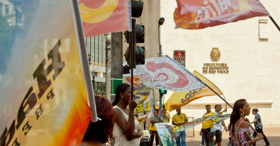 17.set.2012 - Candidatos à Prefeitura de São Paulo intensificam campanha com bandeiras e distribuição de material gráfico no centro e em cruzados movimentados a poucos dias das eleições