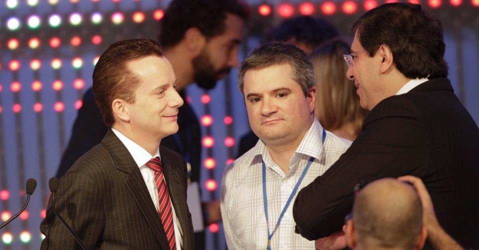 17.set.2012 - Celso Russomanno, candidato do PRB a prefeito de São Paulo, conversa com assessor e com o vice de sua coligação, Luiz Flávio Borges D'Urso, durante intervalo do debate