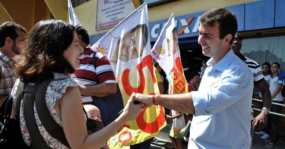 17.set.2012 - Marcelo Freixo, candidato do PSOL à Prefeitura do Rio de Janeiro, cumprimenta eleitora durante caminhada pelo bairro da Taquara, zona oeste da capital fluminense