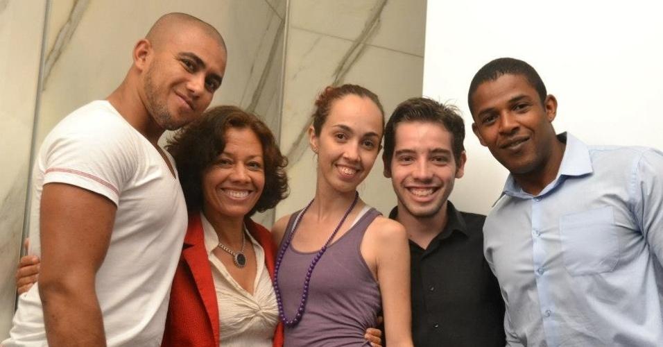 17.set.2012 - Maria da Consolação (segunda da esq. para a dir.), candidata do PSOL à Prefeitura de Belo Horizonte, se reuniu nesta segunda-feira com estudantes de uma universidade particular da capital mineira