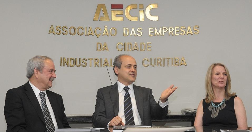17.set.2012 - O candidato do PDT à Prefeitura de Curitiba, Gustavo Fruet (centro), participa de reunião na sede da Aecic (Associação das Empresas da Cidade Industrial de Curitiba)