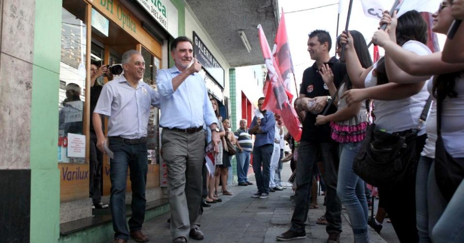 17.set.2012 - O candidato do PT à Prefeitura de Belo Horizonte, Patrus Ananias, fez caminhada nesta segunda-feira pelo centro comecial do bairro Floresta, na zona leste da capital mineira