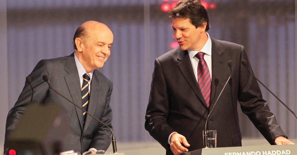 17.set.2012 - O candidato do PT à Prefeitura de São Paulo, Fernando Haddad (à dir.), conversa com o tucano José Serra (à esq.) durante debate da TV Cultura