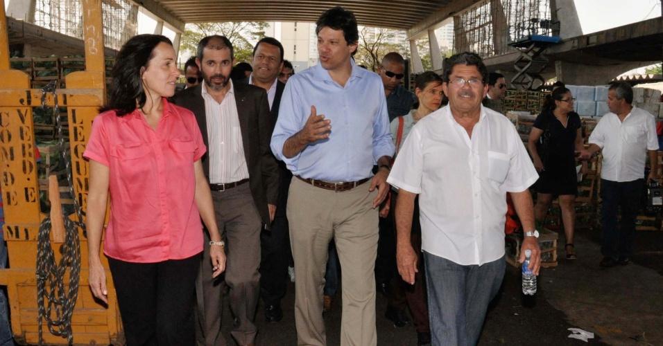 17.set.2012 - O candidato do PT à prefeitura de São Paulo, Fernando Haddad (centro), visita a CEAGESP (Companhia de Entrepostos e Armazéns Gerais de São Paulo), na zona oeste da capital