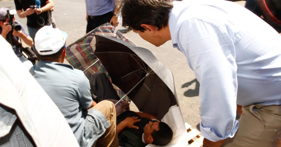 17.set.2012 - O candidato do PT à prefeitura de São Paulo, Fernando Haddad (centro), visita a Ceagesp (Companhia de Entrepostos e Armazéns Gerais de São Paulo), na zona oeste da capital. O petista ajudou uma vítima de um atropelamento. Em entrevista, ele criticou a