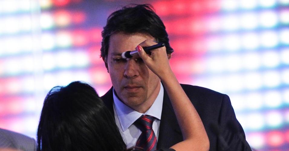17.set.2012 - O candidato do PT à Prefeitura de São Paulo, Fernando Haddad, tem maquiagem retocada durante intervalo do segundo terceiro do debate da TV Cultura