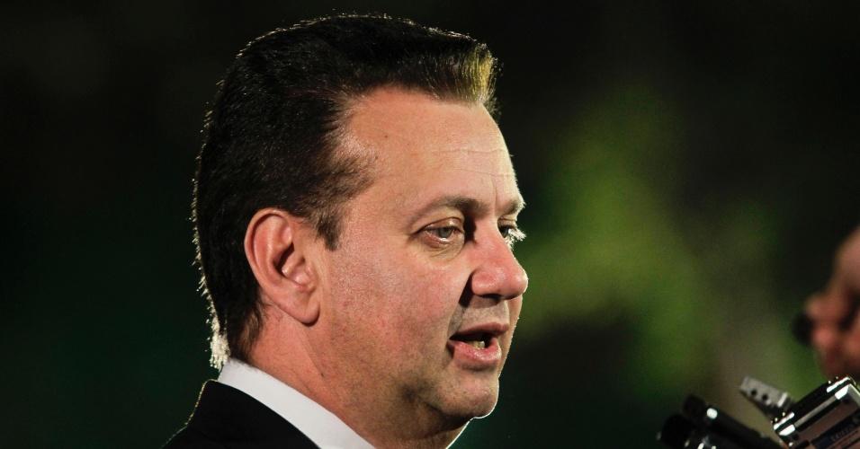 17.set.2012 - O prefeito de São Paulo, Gilberto Kassab (PSD), que apoia a candidatura de José Serra (PSDB), concede entrevistas ao chegar para o debate da TV Cultura