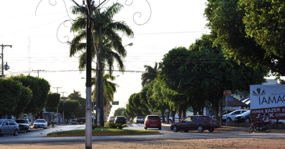 A área urbana de Sorriso (MT) é formada por avenidas largas e planas, como essa, que termina na praça central da cidade