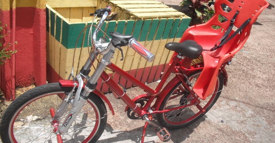 Bicicleta com cadeirinha na garupa permite ao cicilsta transportar a criança em segurança