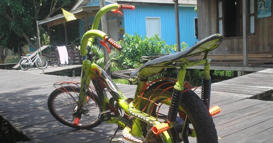Bicicleta grafitada possui amortecedores e pneu traseiros de moto. Ela custa em média R$ 2 mil.
