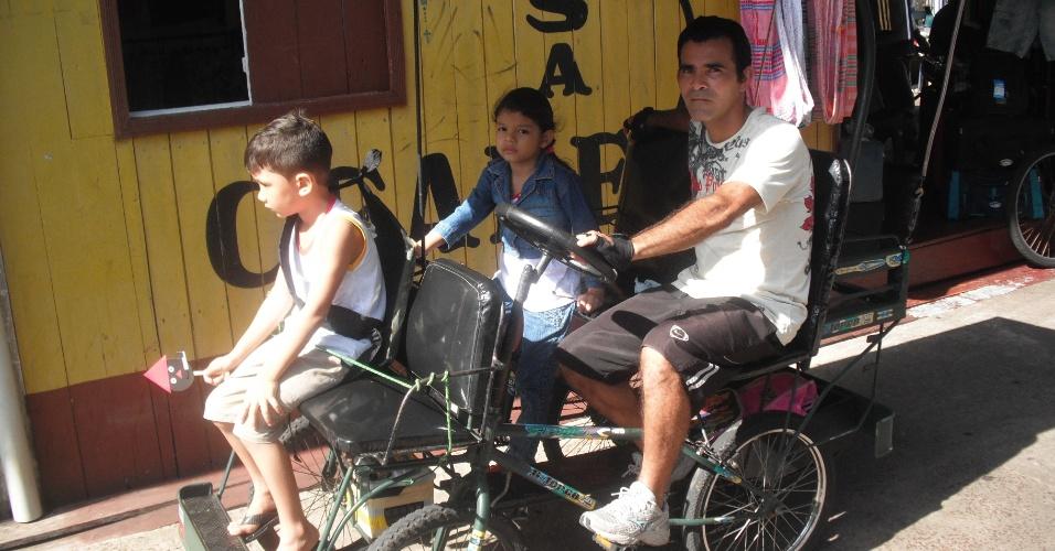 Bicitáxi também é usado como uma espécie de perua escolar no transporte de alunos de casa até a escola e vice-versa