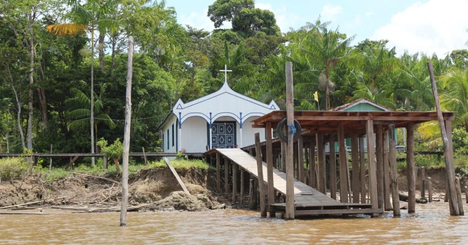 Igreja em comunidade ribeirinha no Rio Amazonas, em Afuá (PA)