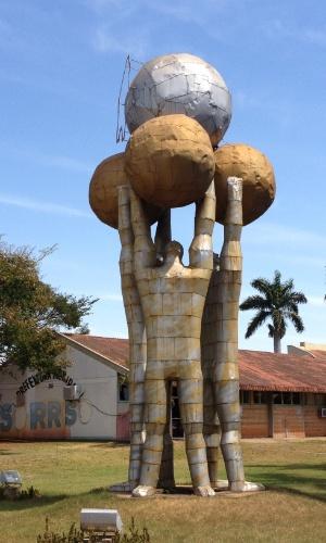 Monumento em frente à Prefeitura de Sorriso (MT)
