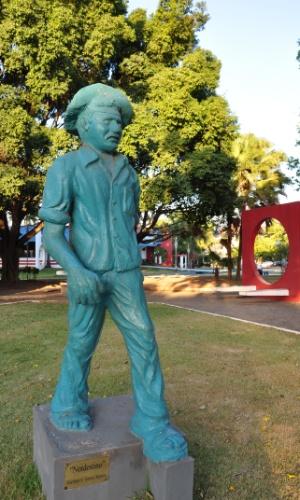 """Monumento """"Nordestino"""" em homenagem à parte dos migrantes que ajudaram a construir Sorriso (MT)"""