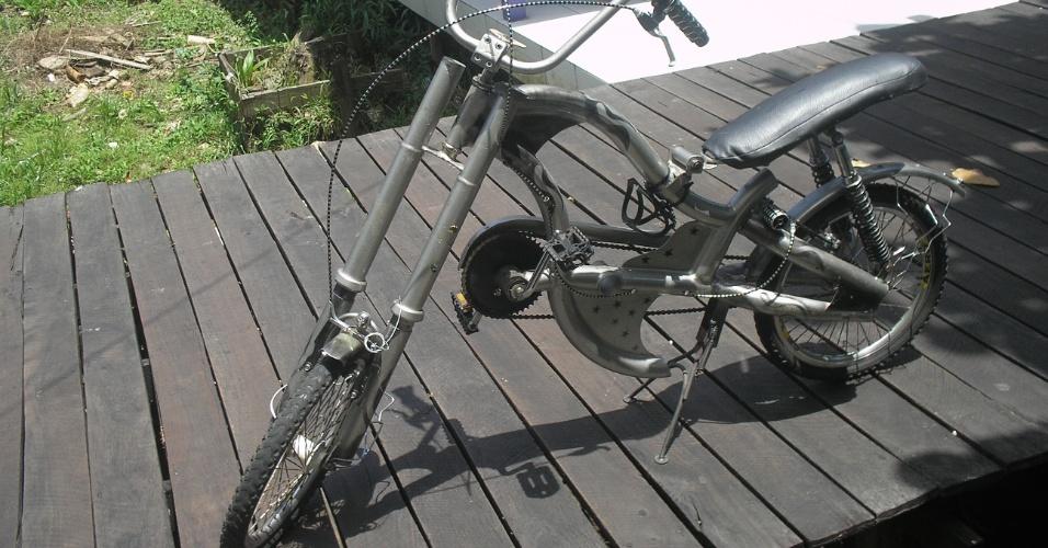 O quadro da bicicleta foi feito de tubos de cama jogadas no lixo