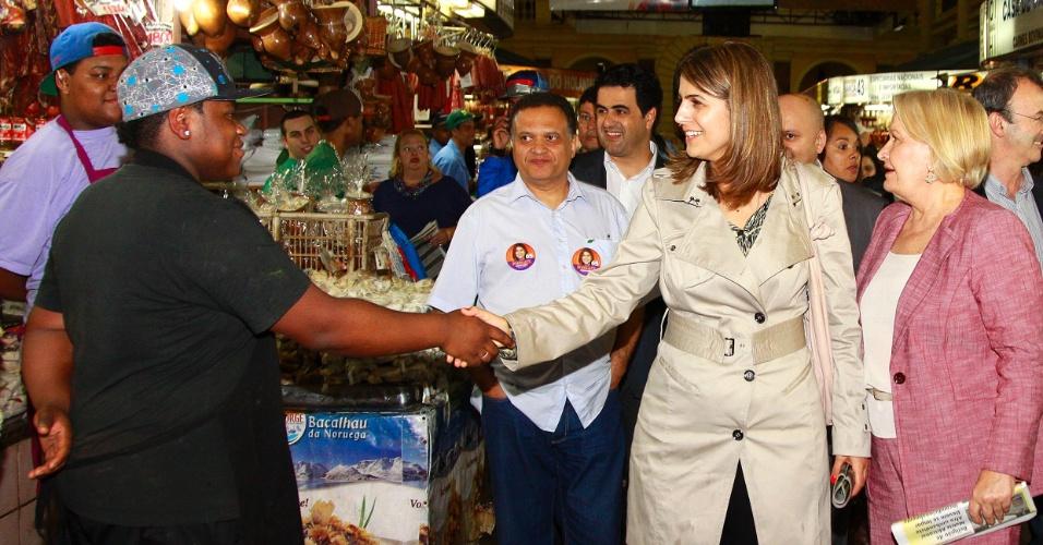 17.set.2012 - A senadora Ana Amélia Lemos (PP) participou de caminhada pelo Mercado Público ao lado da candidata à Prefeitura de Porto Alegre Manuela D'Ávila (PC do B)