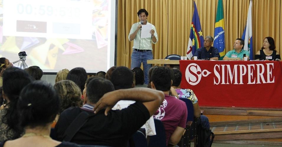 17.set.2012 - O candidato à Prefeitura do Recife Daniel Coelho (PSDB) participou de um debate realizado pela Simpere (Sindicato dos Professores da Rede Municipal do Recife) com professores e profissionais ligados à Educação