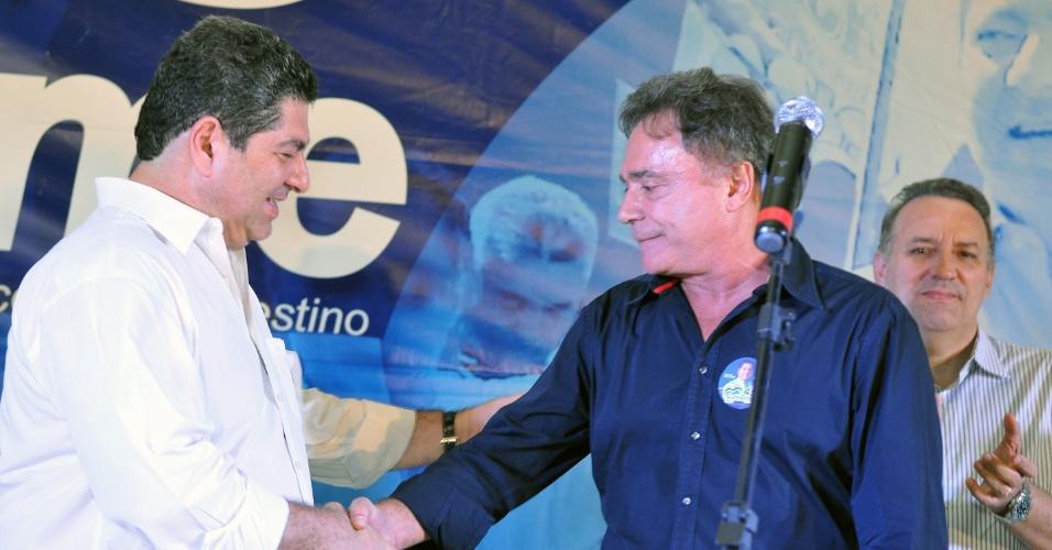 17.set.2012 - O candidato do PSDB à Prefeitura de Cuiabá, Guilherme Maluf (à esq.), cumprimenta o senador Álvador Dias, durante jantar para arrecadação de fundos