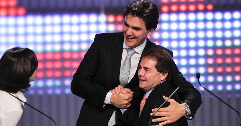 17.set.2012 - Os candidatos a prefeito de São Paulo, Gabriel Chalita (PMDB) (em pé) e Paulinho da Força (PDT) se cumprimentam durante intervalo do debate