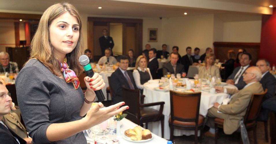 18.set.2012 - A candidata do PC do B à Prefeitura de Porto Alegre, Manuela D'Ávila (à esq.), discursa durante vento na Afisvec (Associação dos Fiscais de Tributos Estaduais do Rio Grande du Sul)