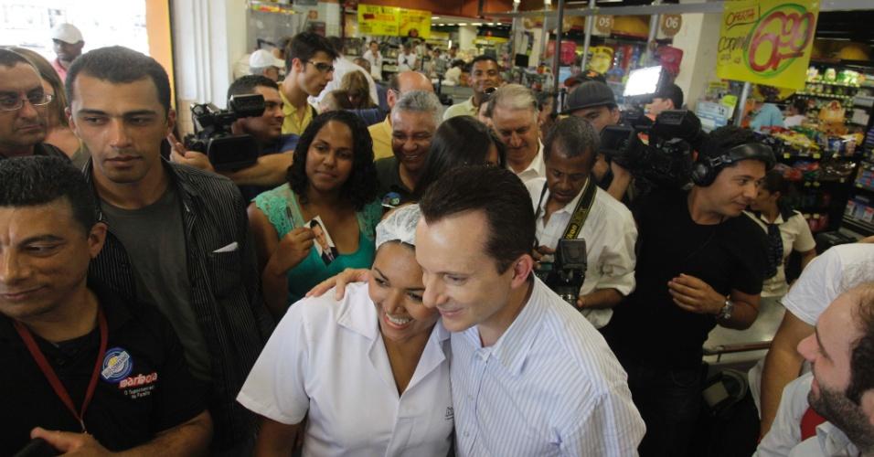 18.set.2012 - Celso Russomanno (à dir.), candidato do PRB à Prefeitura de São Paulo, posa para fotos durante caminhada na região de Pirituba, na zona oeste da cidade
