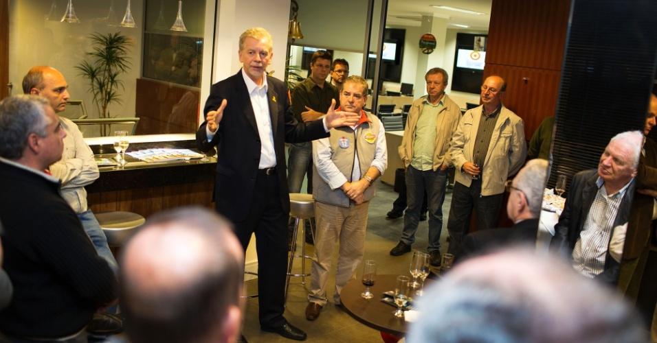 18.set.2012 - José Fortunati, candidato do PDT à reeleição em Porto Alegre, fez campanha durante encontro com o Clube de Jipeiros