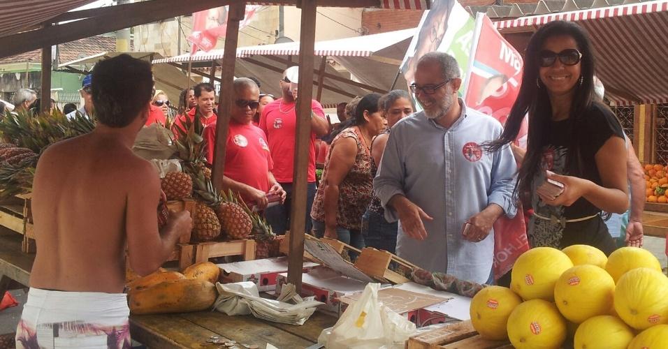 18.set.2012 - Marcelo Sereno, ex-chefe de gabinete de José Dirceu, faz campanha em feira livre na zona oeste do Rio de Janeiro. Sereno é candidato a vereador na cidade