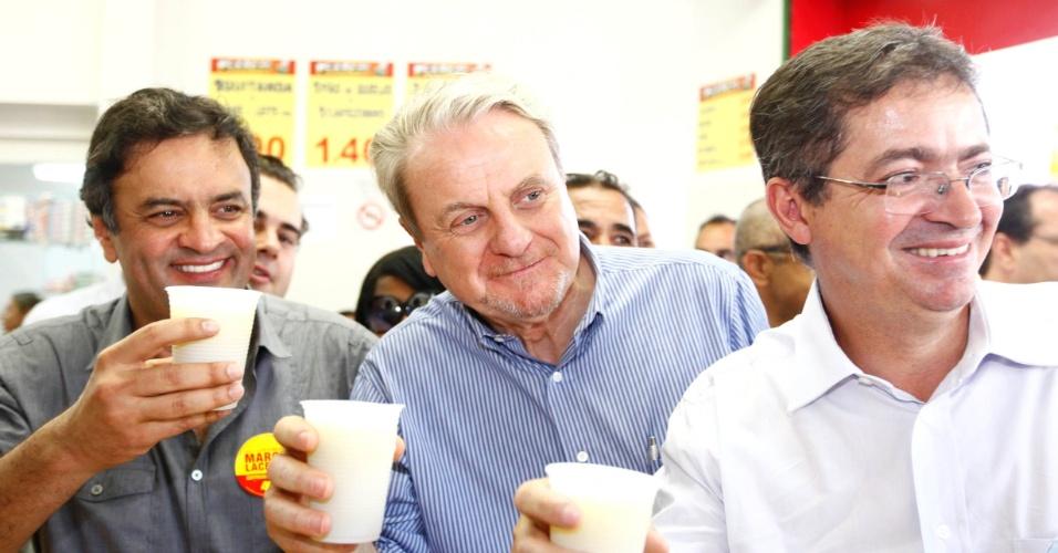 18.set.2012 - Marcio Lacerda (centro), candidato pelo PSB à reeleição em Belo Horizonte, fez caminhada no bairro de Venda Nova, zona norte da capital mineira, ao lado do senador Aécio Neves (à esq.) e do seu candidato a vice, Délio Malheiros (PV, à dir.)