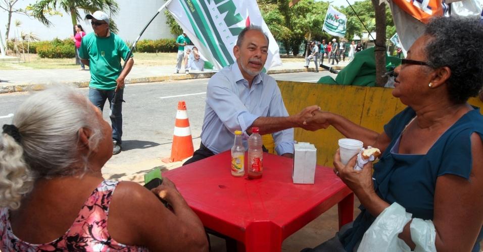 18.set.2012 - O candidato do PC do B à Prefeitura de Fortaleza, Inácio Arruda (centro), cumprimenta eleitoras durante uma panfletagem na região do fórum Clóvis Bevilácqua