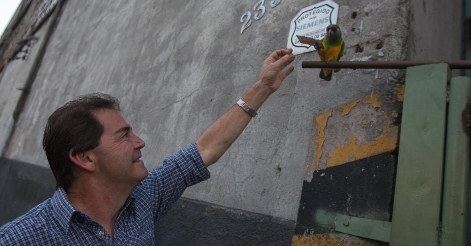 18.set.2012 - O candidato do PDT à Prefeitura de São Paulo, Paulinho da Força, entrega um santinho de campanha para um periquito após encontro com metalúrgicos na zona leste da cidade
