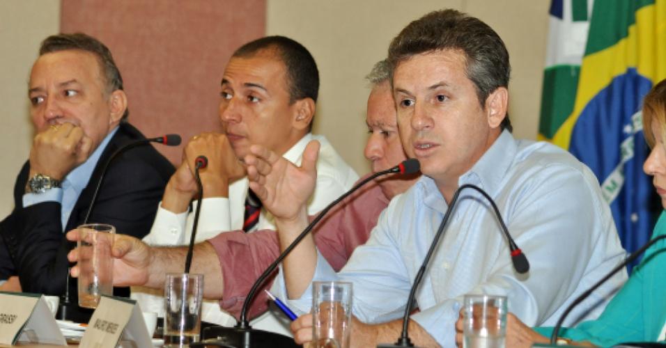 18.set.2012 - O candidato do PSB à Prefeitura de Cuiabá, Mauro Mendes, apresentou propostas na área de administração pública a promotores de justiça na sede do Ministério Público Estadual