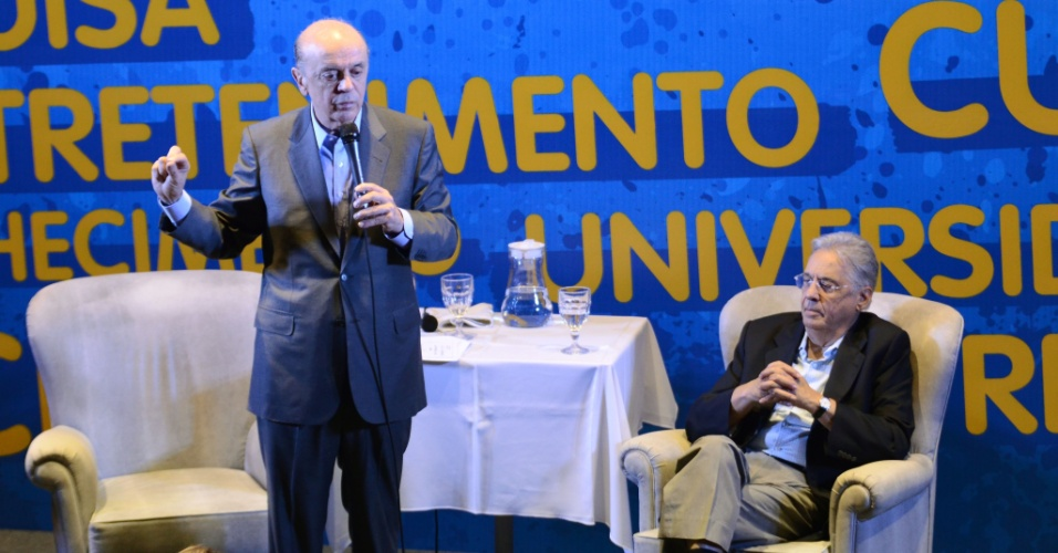 18.set.2012 - O candidato do PSDB à Prefeitura de São Paulo, José Serra (à esq.), participa de encontro com artistas e intelectuais ao lado do ex-presidente Fernando Henrique Cardoso (à dir.), na regiãi da avenida Paulista. Horas antes, Serra defendeu Kassab, e disse que o