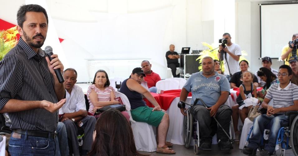 18.set.2012 - O candidato do PT à Prefeitura de Fortaleza, Elmano de Freitas (à esq.), participa de encontro com portadores de deficiências