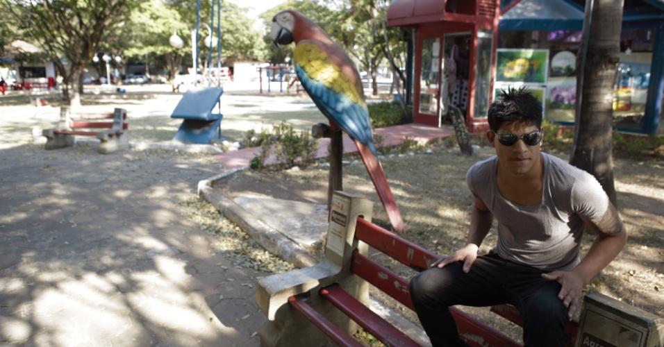 Durante visita a Sorriso (MT), rapaz descansa em banco na praça central da cidade