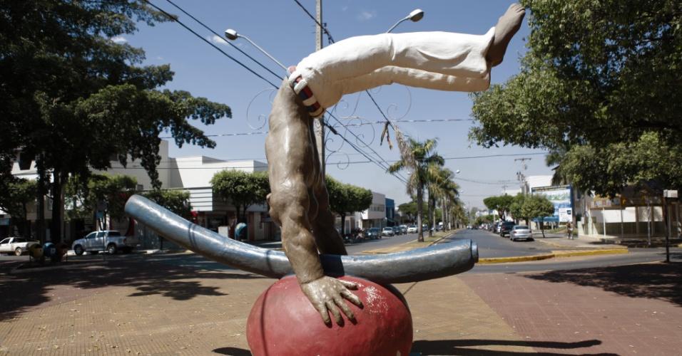 Escultura de um jogador de capoeira enfeita a praça principal de Sorriso (MT)