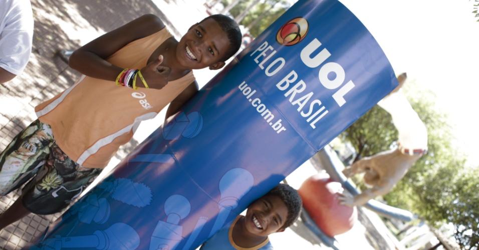 Garotos participam de atividade do projeto UOL pelo Brasil na praça central de Sorriso (MT)