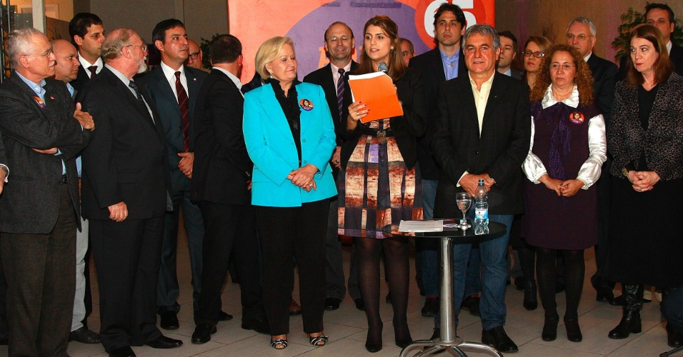 19.set.2012 - A candidata do PC do B à Prefeitura de Porto Alegre, Manuela D'Ávila, fala ao microfone durante evento com professores