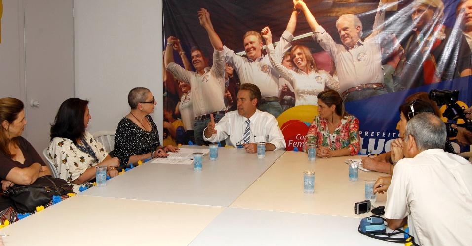 19.set.2012 - O candidato à reeleição em Curitiba pelo PSB, Luciano Ducci, se reuniu com representantes do Fórum de Entidades Culturais de Curitiba