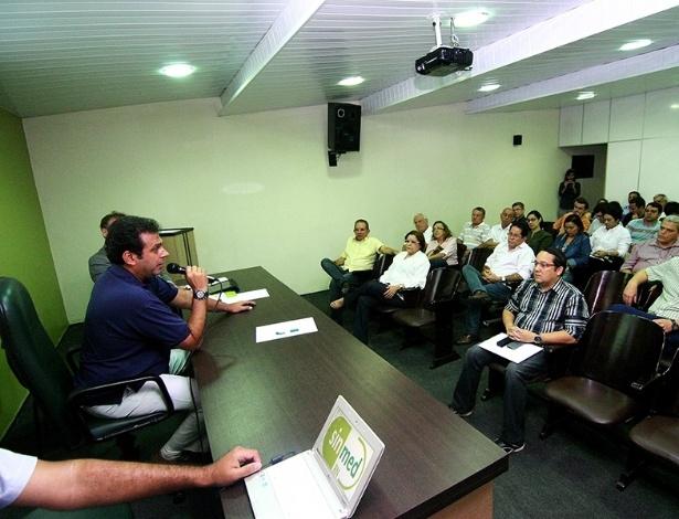 18.set.2012 - O candidato do PDT à Prefeitura de Natal, Carlos Eduardo, discursa durante encontro promovido pelo Sindicato dos Médicos do Estado na manhã desta quarta-feira