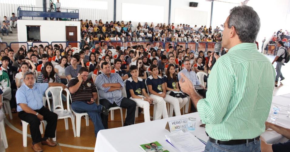 19.set.2012 - O candidato do PMDB à Prefeitura de Natal, Hermano Morais, participou na manhã desta quarta-feira de debate promovido por uma escola particular da capital potiguar