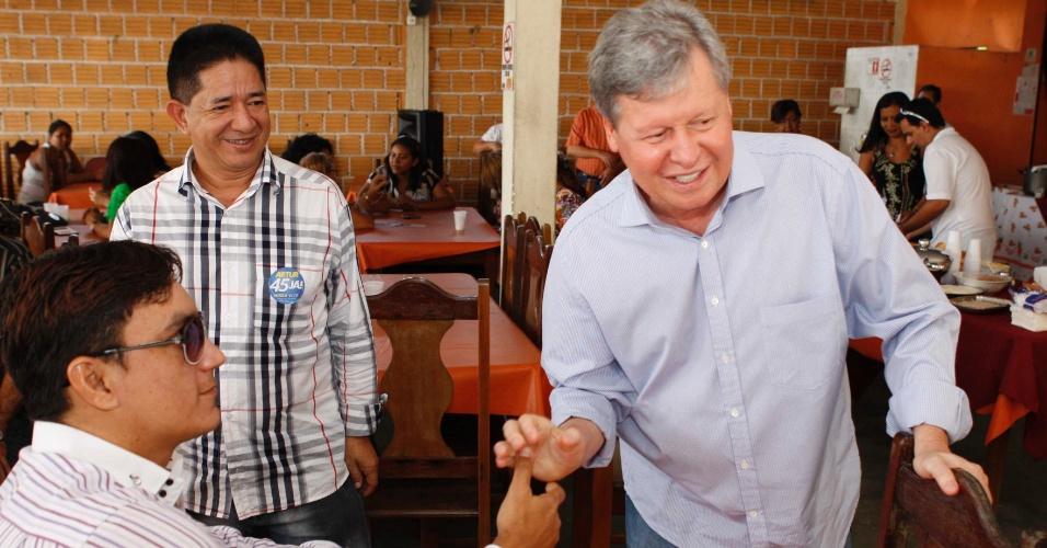 19.set.2012 - O candidato do PSDB à Prefeitura de Manaus, Arthur Virgílio (à dir.), cumprimenta eleitor durante café da manhã com locatários de imóveis da Secretaria Municipal de Educação