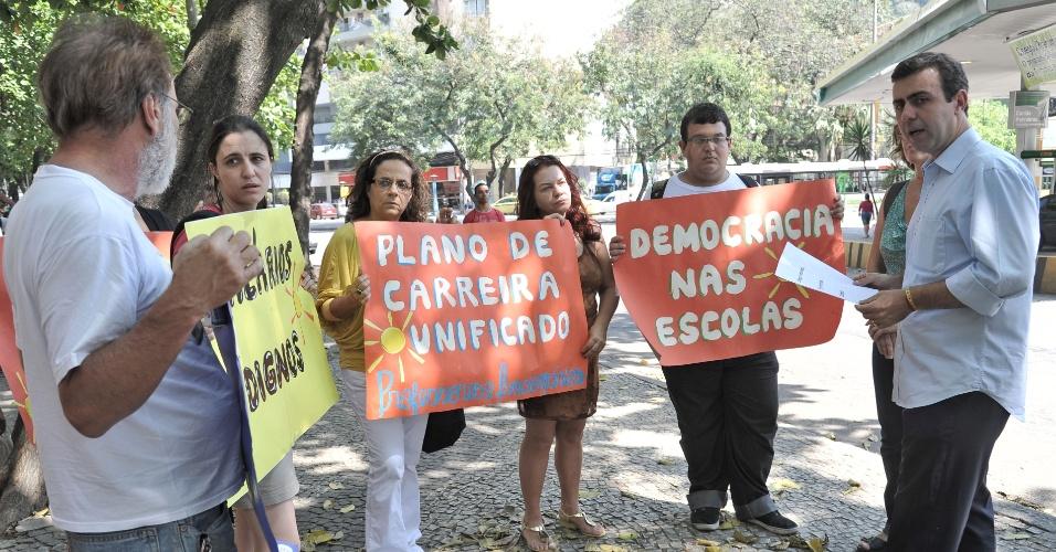 19.set.2012 - O candidato do PSOL à Prefeitura do Rio de Janeiro, Marcelo Freixo, participou de encontro com funcionários da rede pública municipal, no Ciep Agostinho Neto, no bairro Humaitá, na zona sul