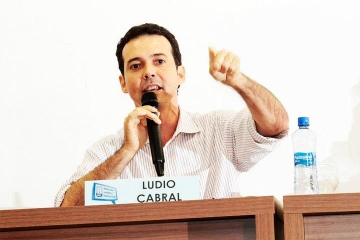 19.set.2012 - O candidato do PT à Prefeitura de Cuiabá, Lúdio Cabral, participou nesta quarta-feira de debate com estudantes da Universidade de Cuiabá