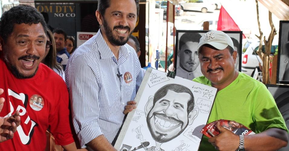 19.set.2012 - O candidato do PT à Prefeitura de Fortaleza, Elmano de Freitas, visita o Mercado Central da cidade, onde posa para um caricaturista