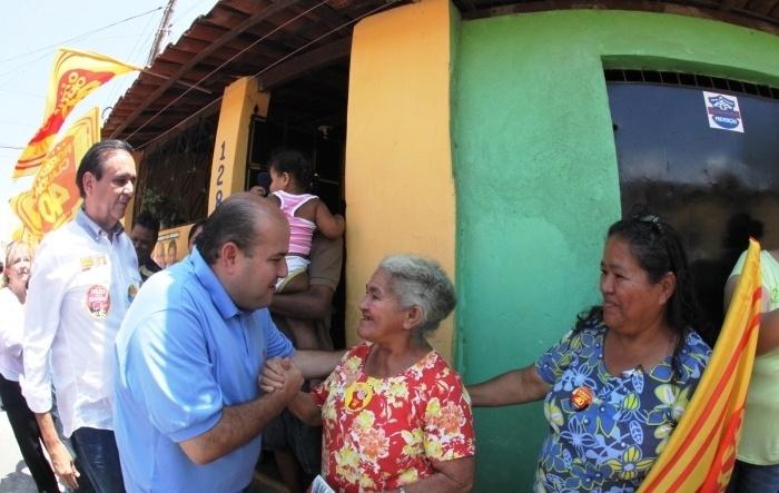 19.set.2012 - Roberto Cláudio, candidato do PSB à Prefeitura de Fortaleza, cumprimenta eleitora durante caminhada pelo bairro Itaoca